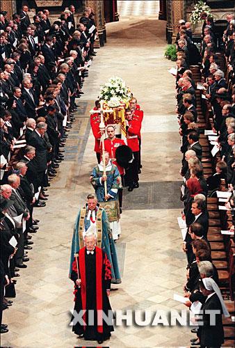 这是1997年9月6日,戴安娜的葬礼在位于英国伦敦的威斯敏斯特教堂举行。 新华社发