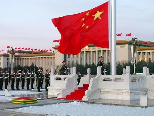武警战士在北京天安门广场举行升国旗仪式