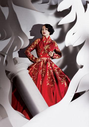 十月号《名利场》杂志邀请章子怡穿上07年秋季高级定制服,在著名的时尚摄影大师Michael Roberts的镜头下,这位好莱坞华人女星展现电影外的万种风情。
