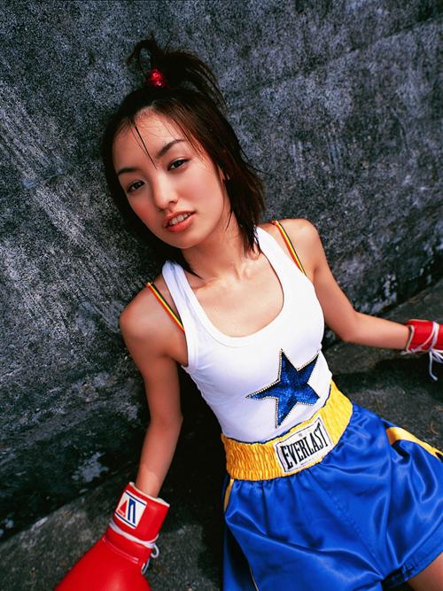 平胸少女海边练习拳击