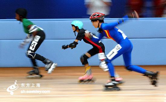 世界 轮滑/特奥运动员驰骋在轮滑赛道上。