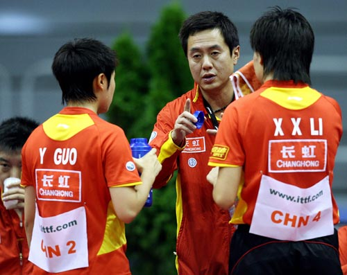乒球世界杯女团中国夺冠 施之皓场边指导