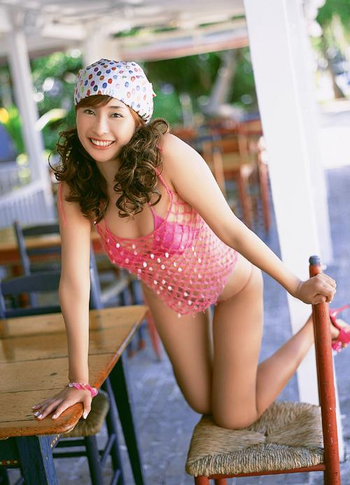 排球女生阳光可爱沙滩照