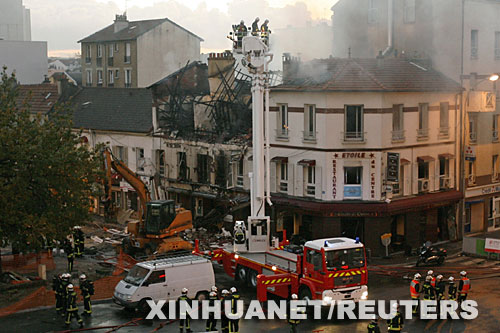 10月30日,在法国巴黎东北部的邦迪,消防人员在一处燃气爆炸事故现场救援。巴黎城郊当天发生燃气管道爆炸事故,引发建筑物起火,造成至少1人死亡、42人受伤。 新华社/路透
