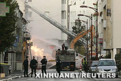 10月30日,法国巴黎警方封锁爆炸现场。当日,巴黎城郊发生燃气管道爆炸事故,引发建筑物起火,造成至少1人死亡、42人受伤。