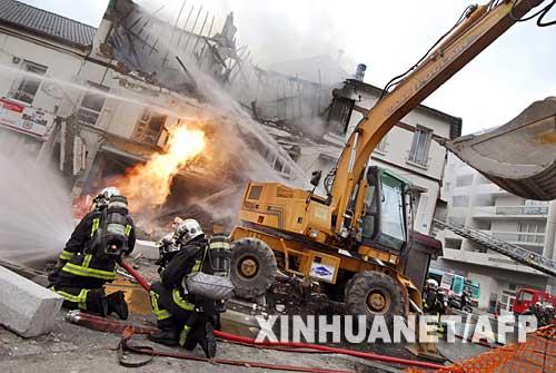 10月30日,消防员在法国巴黎城郊的爆炸现场灭火。当日,巴黎城郊发生燃气管道爆炸事故,引发建筑物起火,造成至少1人死亡、42人受伤。