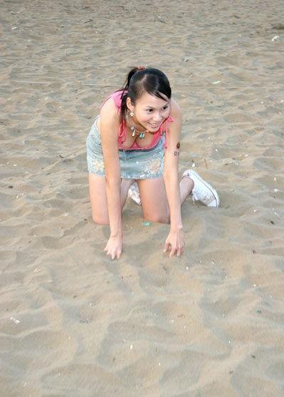 波霸女f4沙滩打排球高清图片