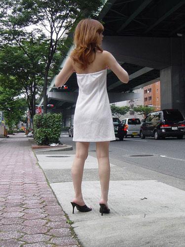 穿着裙子翻单杠的女生(组图)