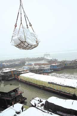 长沙新港采取特别应急预案,克服冰冻带来的种种困难,抢卸从水路紧急调运来的3000多吨工业用盐