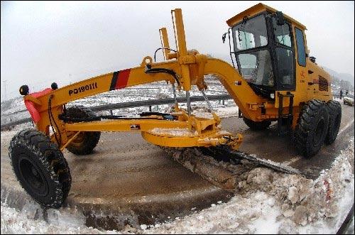 1月30日,工程车辆在京珠高速公路湖南段破冰扫雪。
