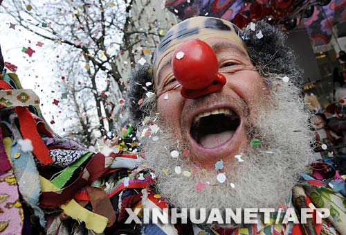2月3日,在德国西部城市杜塞尔多夫,一个装扮成小丑的男子参加狂欢节游行。德国狂欢节以前主要流行于天主教影响较大的西部和南部,但近年来,德国北部和东部的民众也越来越多地参与到这个热闹的节日里来。