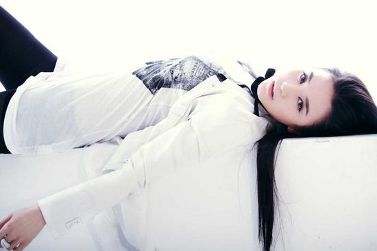 组图:小宋佳化身黑白天使新写真诠释青春性感