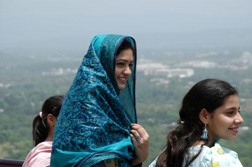 巴基斯坦美女_巴基斯坦美女遭议员丈夫泼酸毁容
