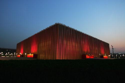 五棵松篮球馆美丽多姿 夜幕下欢悦的红色光