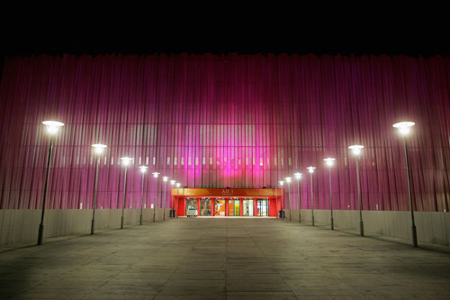 五棵松篮球馆美丽多姿 夜色下活泼的粉色光