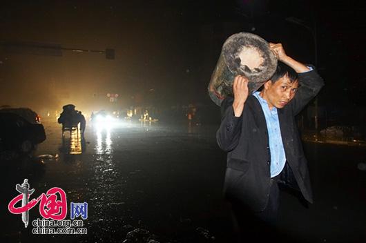 5月13日夜,四川省都江堰市災區,自救的災民自己找來生火的爐子。 李肖軍/攝影