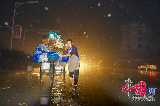 5月13日夜,四川省都江堰市災區,一位災民在重新找避震的臨時位置。 李肖軍/攝影
