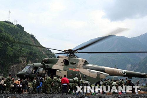 5月14日,一架军用直升机降落在四川省汶川县映秀镇灾区,运送补给并抢运伤员