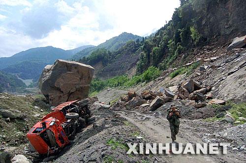 5月14日,在距离四川省汶川县映秀镇约两公里的地方,一名战士正在急行军通过