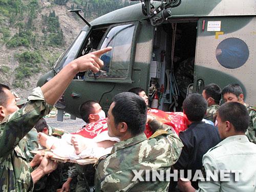 5月14日,在四川省汶川县映秀镇,解放军战士在抢运伤员