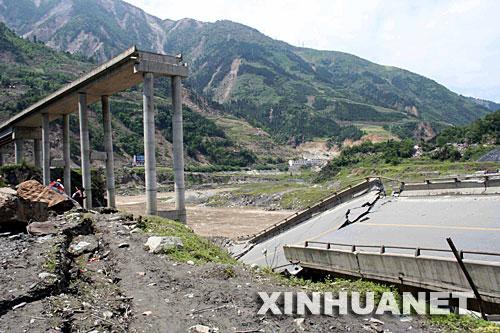 这是在地震中垮塌的四川省汶川县映秀镇白花大桥
