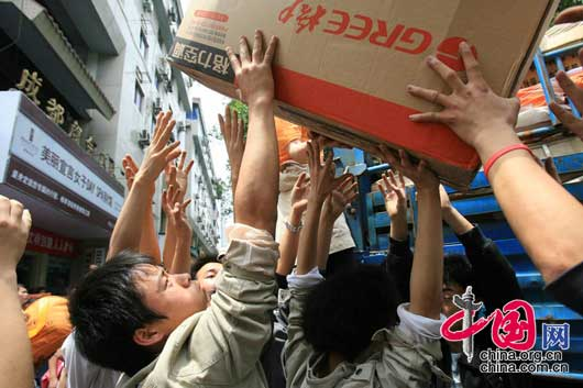 2008年5月14日下午,成都市红十字会向灾区提供的第一批物资正在装车,计划空投到地震灾区。