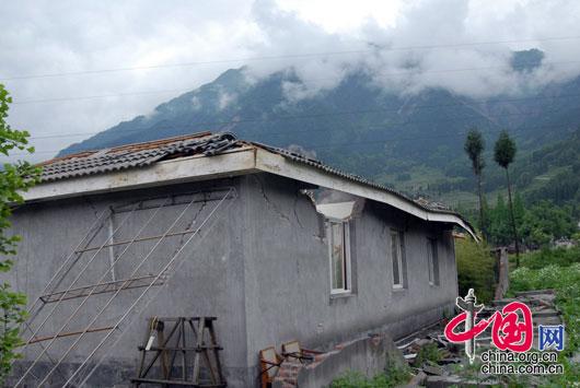 2008年5月14日,四川白水河保護區大坪保護站開裂的房屋,四川國家級白水河保護區為大熊貓棲息地。 羅小韻/攝影