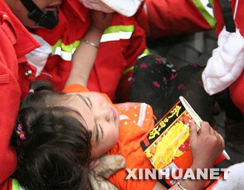 """5月14日,宋欣宜被救出。 当日9时40分左右,北川县城,被压在垮塌的房屋下的三岁小女孩宋欣宜,在已经逝去的父母身体翼护下与死神抗争了四十余个小时后终于获救。解放军官兵立即将小女孩放到担架上,往城外救护车能行驶的地方转运。 10时15分,担架来到了道路中断的三道拐处,在道路中断的地方站着一群人,抬小女孩的担架员一边高呼""""让开、让开"""",一边急速地往前冲。人们让开了一条路,这时才看见,人群中还有来灾区视察的温总理! 温总理来到小欣宜身边亲切地进行了慰问,由于病情紧急,担架并没有过多停留就继续前行。两分钟后,小欣宜被抬上了来自洛阳协和医院的救护车,送往医院救治。"""