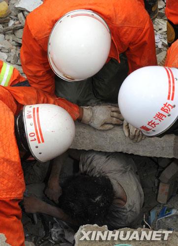 17岁少年地震中返回教室救人被埋40小时终获救[组图]