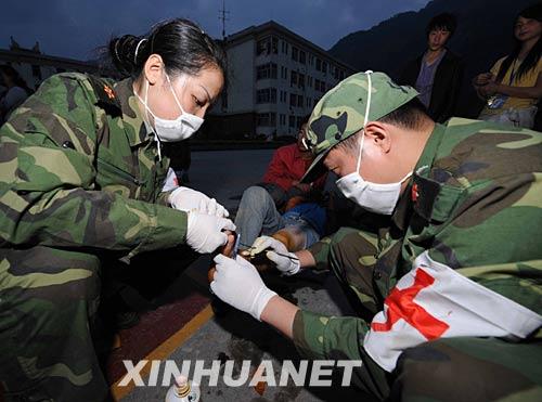 5月14日,解放军第42中心医院抗震救灾医疗队的队员正在四川汶川县映秀镇为伤员做手术。新华社记者 陈树根 摄