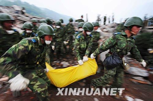 5月14日,空降兵某师在四川什邡地震重灾区抢险。 新华社发(沈玲摄)
