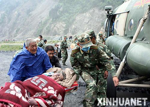 5月14日,救援人员将受伤的老人抬上直升飞机