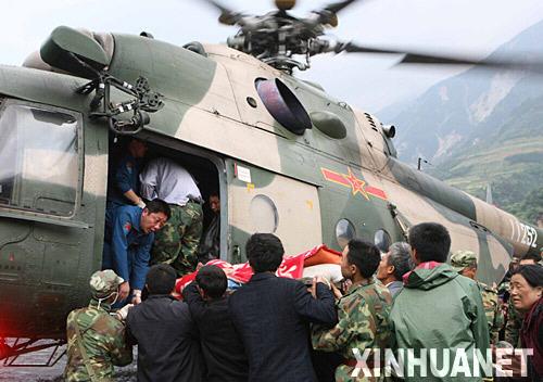 5月14日,救援的直升飞机在汶川县映秀镇中学外的空地上救助伤员