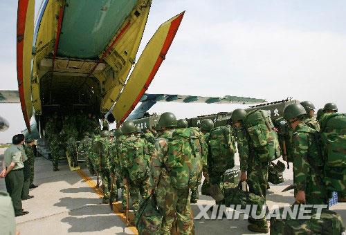 驻武汉空军某部派出大批解放军官兵携带救灾物资及用具,飞往四川支援救灾行动