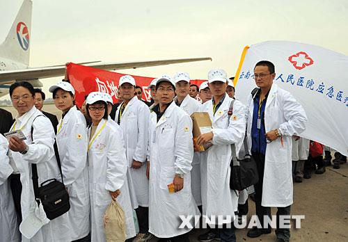 5月14日,来自云南的医务人员准备登机前往赈灾一线。