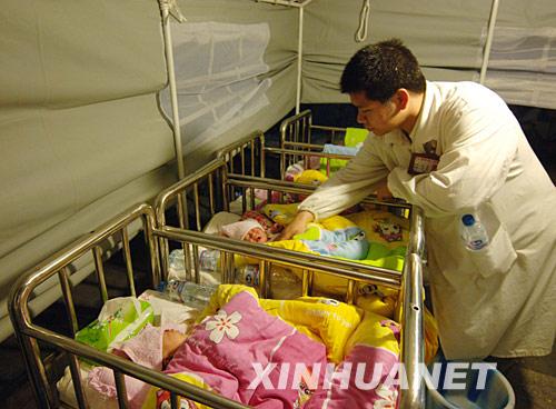 重庆:临时医疗中心保障住院病人安全[组图]