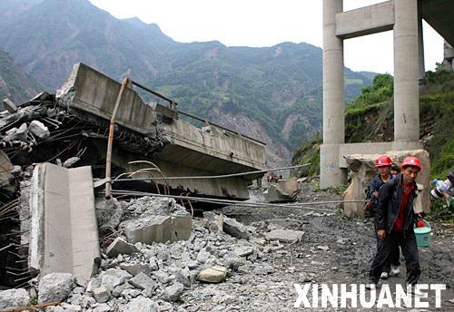 5月14日,老百姓从倒塌的白花大桥旁走过