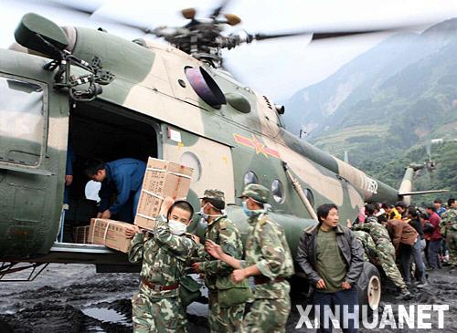 5月14日,救援人员将直升飞机运来的药品搬往临时医院