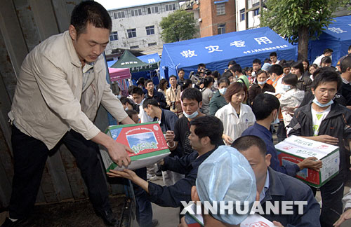 5月15日上午,绵阳市九州集团的职工自发出钱、出力为灾民送去饮用水等慰问品