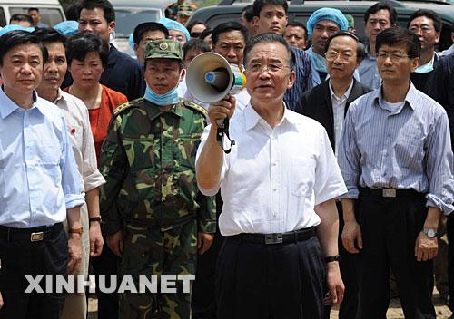 温总理表示党和国家不会忘记受灾的偏僻山村,大家要振作精神,坚强起来,互相帮助,重建家园
