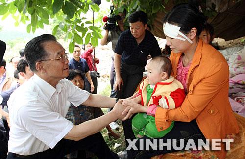 温总理在木鱼镇文武村安慰在地震中幸存的母子