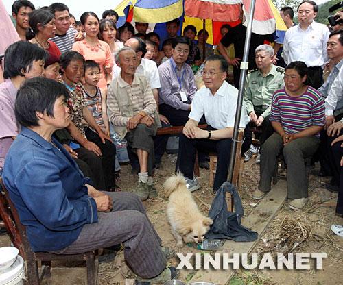 溫家寶在木魚鎮文武村的臨時安置點看望災民