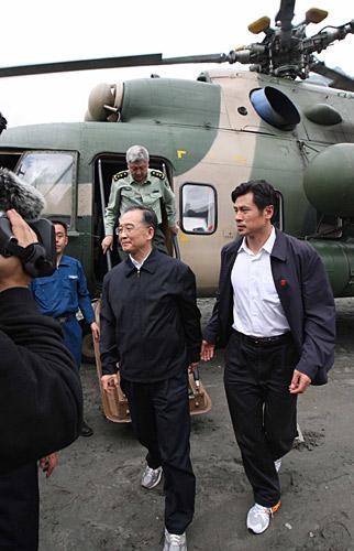 温总理乘军用直升机抵达汶川映秀镇察看灾情