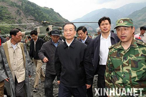 溫總理乘軍用直升機抵達汶川映秀鎮察看災情