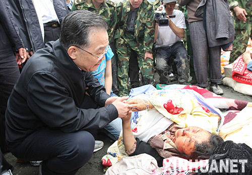 溫總理在看望傷員