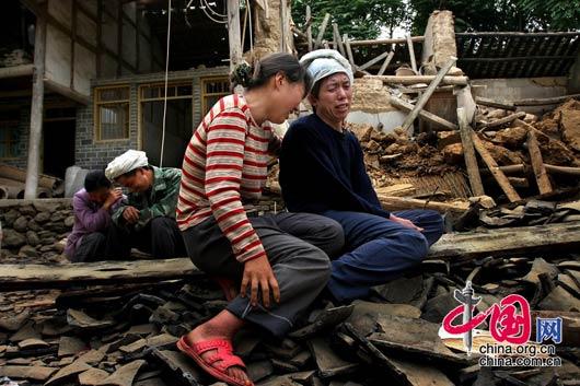5月15日下午,甘肃陇南碧口镇,这家人在地震中失去了三口人。失去父母和自己孩子的夫妻在痛哭。 田蹊/摄影