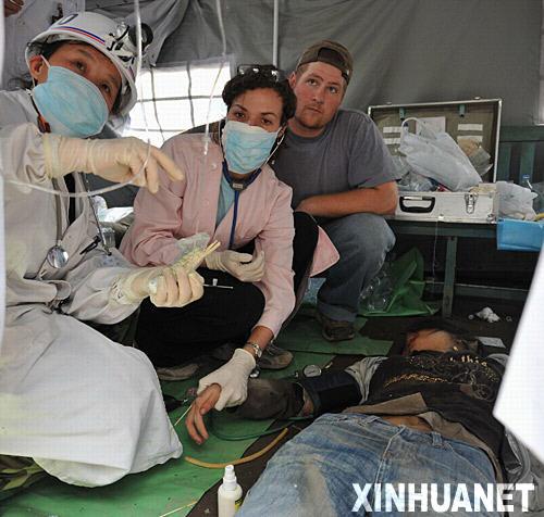 5月14日,来自美国的凯尔西(左二)和牧勇士(左三)在北川县协助医生救治伤员