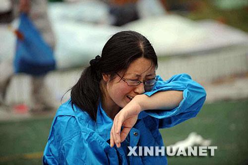 5月14日,张关蓉在丈夫谭千秋的遗体旁痛哭。
