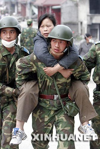 5月15日,来自湖北的解放军空降兵某部黄继光连的战士在四川省什邡市红白镇营救受伤群众。战士们轮流背着受伤群众连续跋涉4个多小时到达了医疗救治点。 在四川地震灾区,解放军、武警、公安、边防、消防官兵以及民兵、医疗救护人员和志愿者们,不怕危险,不畏疲劳,为抢救每一条宝贵的生命连续奋战。他们是最可爱的人。 新华社发(张晓理 摄)