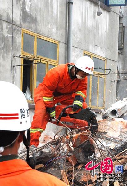 5月16日下午,在红白镇金河磷矿职工宿舍的废墟中发现有生命迹象,消防员正在切断废墟上方的钢筋,抢救幸存者。武越明/摄影